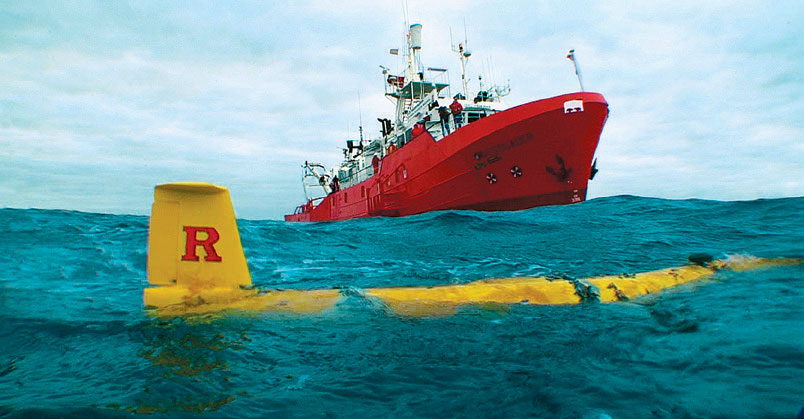 Investigador approaches the Rutgers submersible robotic glider RU27 Scarlet Knight off the coast of Spain in December 2009 after the glider completed its precedent-setting 221-day underwater ight across the Atlantic Ocean.